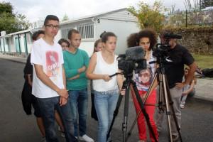 élèves filmant les agents