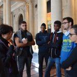 On écoute studieusement Mme Loviton devant le Musée d'Aquitaine