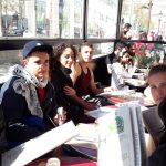 Repas sur les Champs Elysées , en fond l'Arc de Triomphe